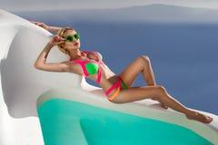 Model in zwempakpoolside in Santorini, Griekenland royalty-vrije stock afbeeldingen