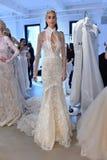 Modela pozy podczas Galia Lahav mody Bridal tygodnia Skaczą, lata 2017 prezentacja/ Fotografia Stock