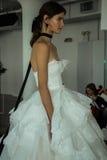Modela pozy podczas Marchesa Skaczą, lata 2018 mod Bridal prezentacja/ Zdjęcie Stock