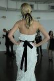 Modela pozy podczas Marchesa Skaczą, lata 2018 mod Bridal prezentacja/ Zdjęcie Royalty Free