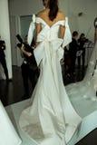Modela pozy podczas Marchesa Skaczą, lata 2018 mod Bridal prezentacja/ Obraz Royalty Free