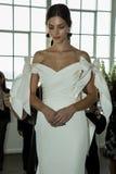 Modela pozy podczas Marchesa Skaczą, lata 2018 mod Bridal prezentacja/ Fotografia Royalty Free
