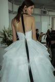 Modela pozy podczas Marchesa Skaczą, lata 2018 mod Bridal prezentacja/ Obraz Stock