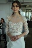 Modela pozy podczas Marchesa Skaczą, lata 2018 mod Bridal prezentacja/ Zdjęcia Stock