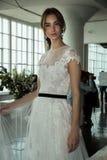 Modela pozy podczas Marchesa Skaczą, lata 2018 mod Bridal prezentacja/ Obrazy Royalty Free