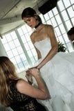 Modela pozy podczas Marchesa Skaczą, lata 2018 mod Bridal prezentacja/ Zdjęcia Royalty Free