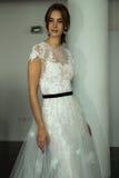 Modela pozy podczas Marchesa Skaczą, lata 2018 mod Bridal prezentacja/ Obrazy Stock