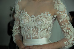 Modela pozy podczas Marchesa Skaczą, lata 2018 mod Bridal prezentacja/ Fotografia Stock