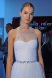 Modela pozy podczas spadku 2015 Pamella Roland Bridal Inkasowej prezentaci Zdjęcia Stock