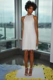 Modela pozy podczas spadku 2015 Pamella Roland Bridal Inkasowej prezentaci Fotografia Stock