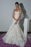 Modela pozy podczas spadku 2015 Pamella Roland Bridal Inkasowej prezentaci Zdjęcia Royalty Free