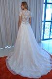 Modela pozy przy Henry Roth Sprng 2016 kolekci Bridal prezentacją Obraz Stock
