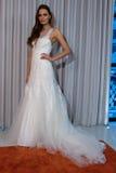 Modela pozy przy Henry Roth Sprng 2016 kolekci Bridal prezentacją Zdjęcia Royalty Free