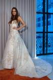 Modela pozy przy Henry Roth Sprng 2016 kolekci Bridal prezentacją Zdjęcie Royalty Free