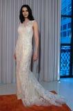Modela pozy przy Henry Roth Sprng 2016 kolekci Bridal prezentacją Zdjęcie Stock