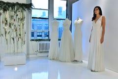 Modela pozy przy Watters Bridal prezentacją Obrazy Royalty Free
