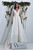 Modela pozy przy Watters Bridal prezentacją Fotografia Royalty Free