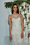 Modela pozy przy Watters Bridal prezentacją Zdjęcia Royalty Free