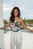 Modela pozy w De Mel projektantów pływania odzieży podczas hamak mody prezentaci W ten sposób Obrazy Stock
