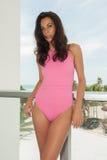 Modela pozy w De Mel projektantów pływania odzieży podczas hamak mody prezentaci W ten sposób Zdjęcie Stock