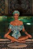 Modela pozy w projektanta pływania odzieży podczas Mara Hoffman pływania fasonują prezentację Obrazy Stock