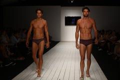Modela spaceru pas startowy w projektanta pływania odzieży podczas CA-RIO-CA pokazu mody Obrazy Royalty Free