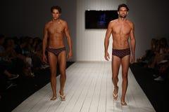 Modela spaceru pas startowy w projektanta pływania odzieży podczas CA-RIO-CA pokazu mody Obraz Royalty Free