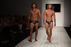 Modela spaceru pas startowy w projektanta pływania odzieży podczas CA-RIO-CA pokazu mody Zdjęcia Royalty Free