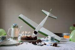 Modelairplane into birthday-Cake Stock Afbeeldingen