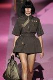 Modelamanda murphy loopt de baan in Marc Jacobs tijdens Mercedes-Benz Fashion Week Spring 2015 Stock Afbeeldingen