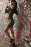 Modelandningsbanamodell som poserar på lägen med grafitti på väggarna Royaltyfri Bild