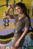 Modelandningsbanamodell som poserar på lägen med grafitti på väggarna Fotografering för Bildbyråer