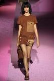 Modelantonina petkovic loopt de baan in Marc Jacobs tijdens Mercedes-Benz Fashion Week Spring 2015 Royalty-vrije Stock Foto's
