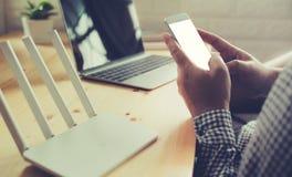 Modelbeeld die van hand witte mobiele telefoon met leeg wit houden royalty-vrije stock afbeelding
