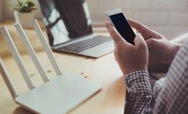 Modelbeeld die van hand witte mobiele telefoon met lege zwarte houden royalty-vrije stock foto