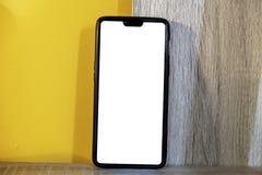Modelbeeld van mobiele telefoon met leeg wit volledig scherm in een oranje patroon royalty-vrije stock fotografie