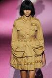 Modelbinx walton loopt de baan in Marc Jacobs tijdens Mercedes-Benz Fashion Week Spring 2015 Royalty-vrije Stock Foto's