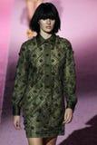 Modelcandice swanepoel loopt de baan in Marc Jacobs tijdens Mercedes-Benz Fashion Week Spring 2015 Royalty-vrije Stock Foto