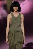 Modelcaroline trentini loopt de baan in Marc Jacobs tijdens Mercedes-Benz Fashion Week Spring 2015 Stock Fotografie