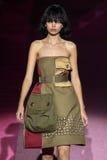 Modeldaphne groeneveld loopt de baan in Marc Jacobs tijdens Mercedes-Benz Fashion Week Spring 2015 Stock Afbeelding