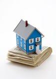 Modeldie huis op dollarrekeningen op witte achtergrond worden geïsoleerd= Royalty-vrije Stock Foto's
