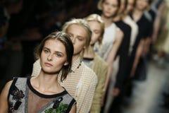 Modele chodzą pas startowego podczas Bottega Veneta przedstawienia jako część Mediolański moda tydzień Obrazy Stock