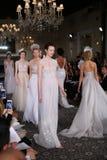 Modele chodzą pas startowego przy Mira Zwillinger wiosny 2015 Bridal inkasowym przedstawieniem Zdjęcia Royalty Free