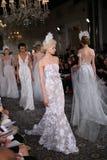 Modele chodzą pas startowego przy Mira Zwillinger wiosny 2015 Bridal inkasowym przedstawieniem Obrazy Royalty Free