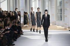 Modele chodzą pas startowego przy szef kobiet pokazem mody podczas Mercedes-Benz mody tygodnia spadku 2015 obraz royalty free