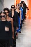 Modele chodzą pasa startowego finał dla Dion Lee kolekci Zdjęcia Royalty Free
