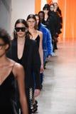 Modele chodzą pasa startowego finał dla Dion Lee kolekci Zdjęcie Stock