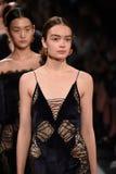 Modele chodzą pasa startowego finał dla Jonathan Simkhai kolekci podczas, Nowy Jork mody tydzień Obraz Royalty Free