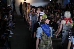 Modele chodzą pasa startowego finał dla R13 pokazu mody Obrazy Stock
