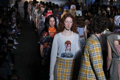 Modele chodzą pasa startowego finał dla R13 pokazu mody Fotografia Royalty Free